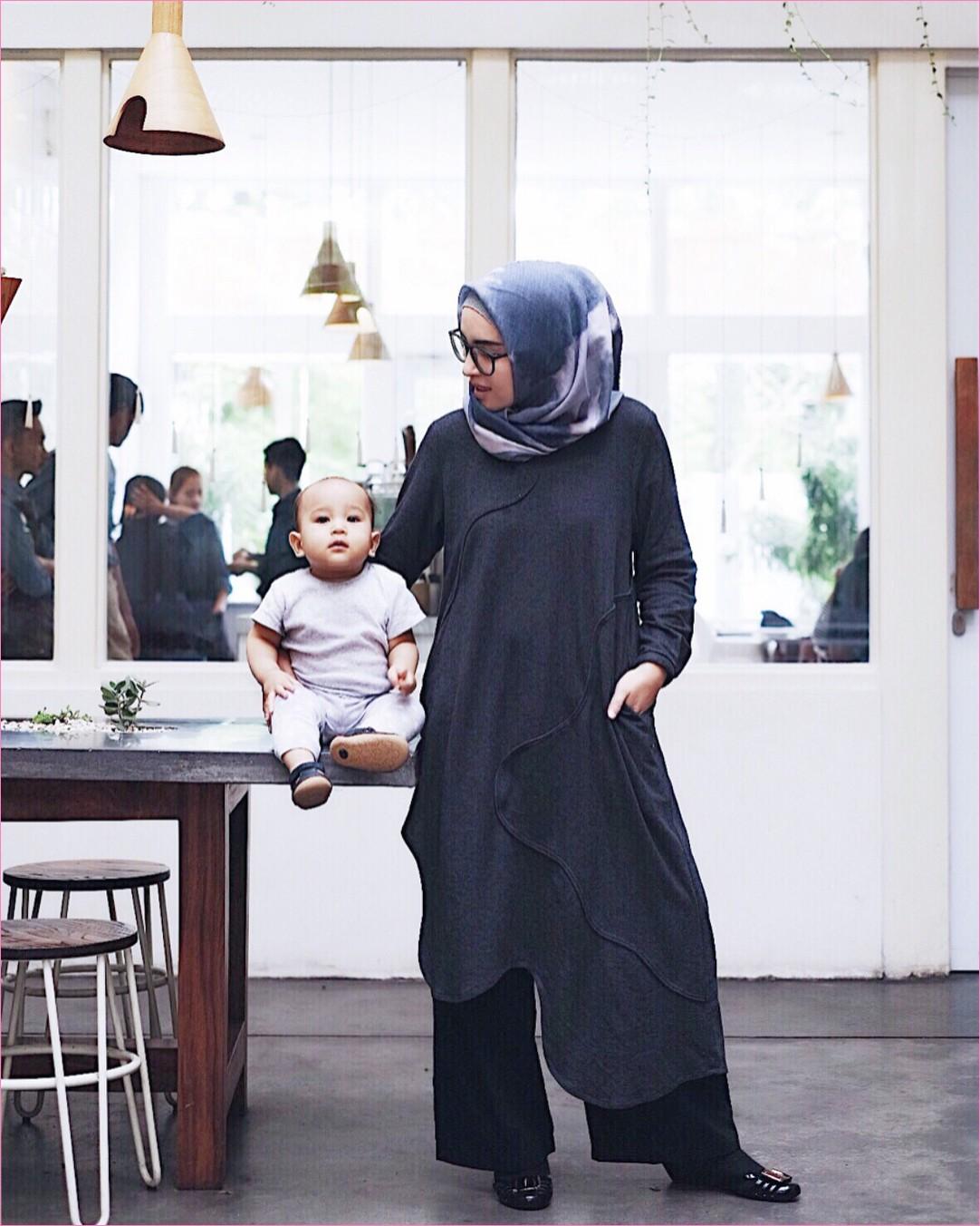 Outfit Baju Tunic Untuk Hijabers Ala Selebgram 2018 baju tunic biru dongker celana kulot hitam kerudung segiempat hijab square abu tua ciput rajut kacamata bulat flatshoes ootd trendy kekinian cafe meja kursi kayu lampu