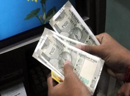 एटीएम से सौ की जगह पांच सौ रुपए के नोट निकलने लगे - 500 rupees note instead of 100