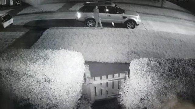 Πήγε να κλέψει αυτοκίνητο, αλλά τον έπιασε ο γυμνός ιδιοκτήτης του