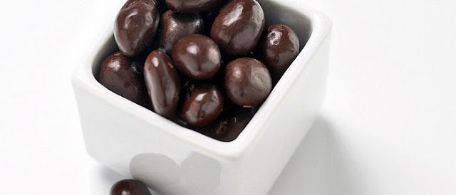 dark chocolate covered raisins calories