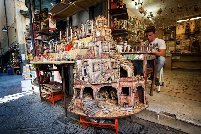 Via San Gregorio Armeno (la strada dei pastori)-Napoli