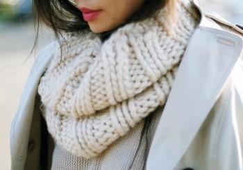 Se não estiver muito frio... Maxi Colar com pedras coloridas pra alegrar o  tricô em cor neutra. 027a781b8e
