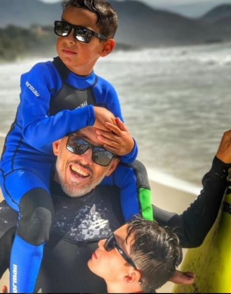 Para a coleção a marca aposta no conceito  Mini Me  e traz a miniatura de dois  óculos de sol icônicos, os best sellers Monterey e Carmel, em uma versão  para ... 8681427d4e