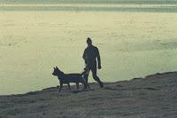 Soldado Jorge Rinaldi, patrullando Puerto Argentino esta vez en Perro no es el Nick. (Foto Eduardo Rotondo)