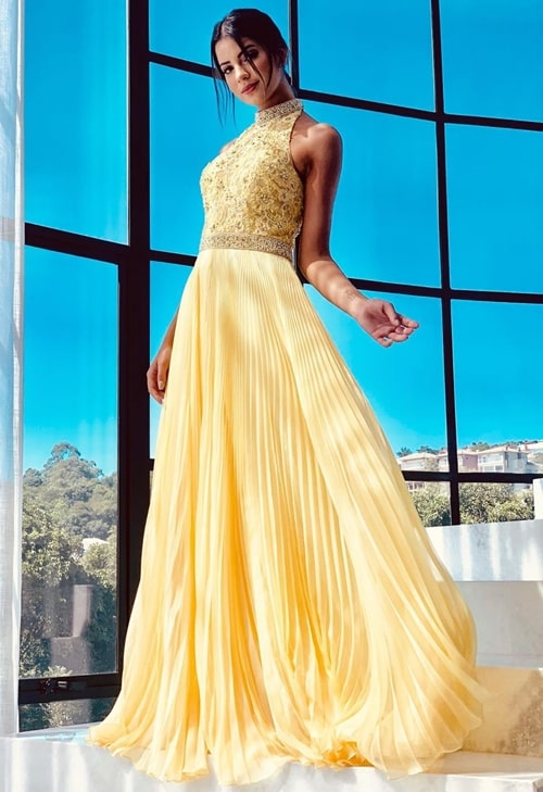 vestido de festa longo amarelo com gola alta e saia plissada