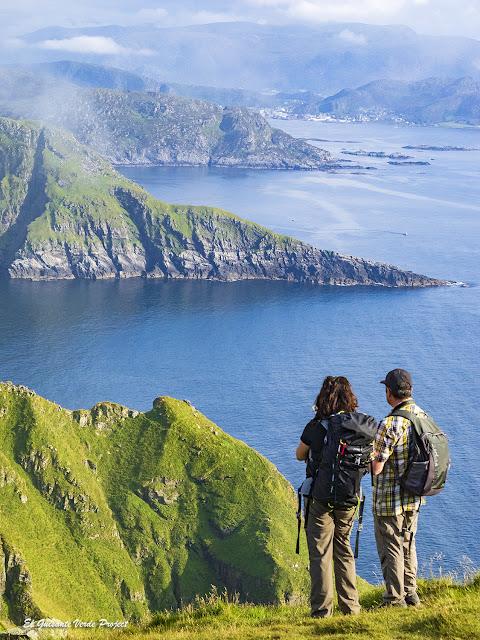 Maribel y Roberto sobre los acantilados de la Isla de Runde, Noruega por El Guisante Verde Project