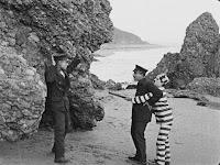 """Кадр из фильма Чарли Чаплина """"Искатель приключений"""" (1917) - 5"""