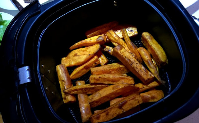 Low fat sweet potato chips straight from the Philips Airfryer basket.