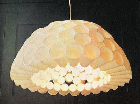 lampara con vasos de plastico reciclados. Black Bedroom Furniture Sets. Home Design Ideas
