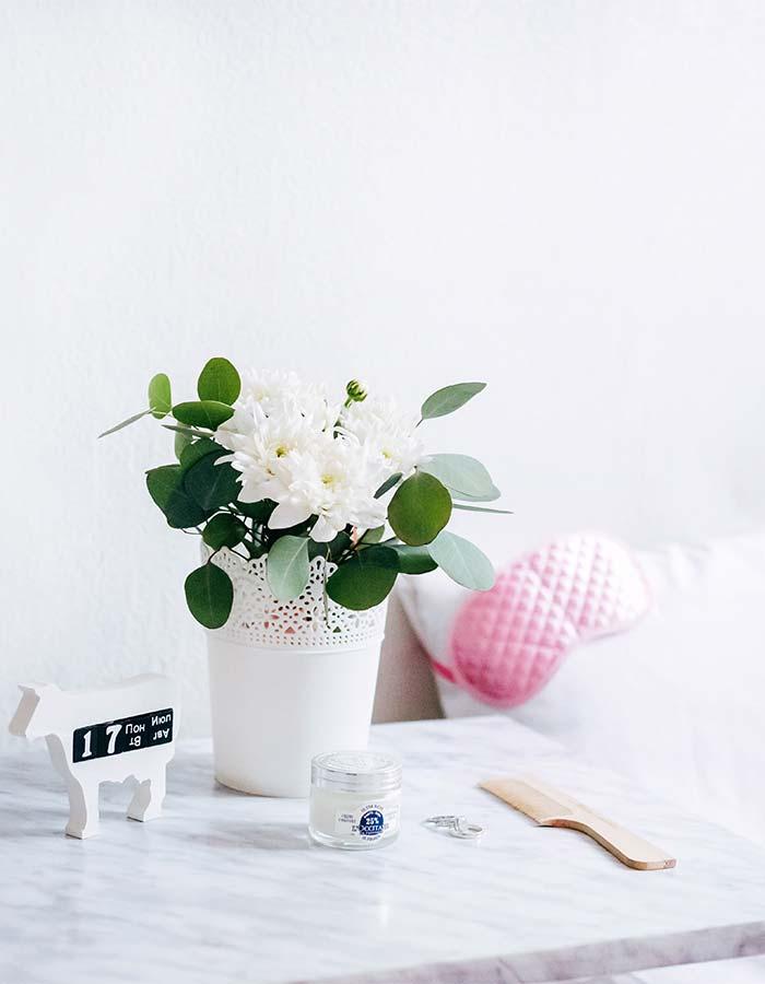 Inspiração de decoração de quarto com flores ao lado da cama