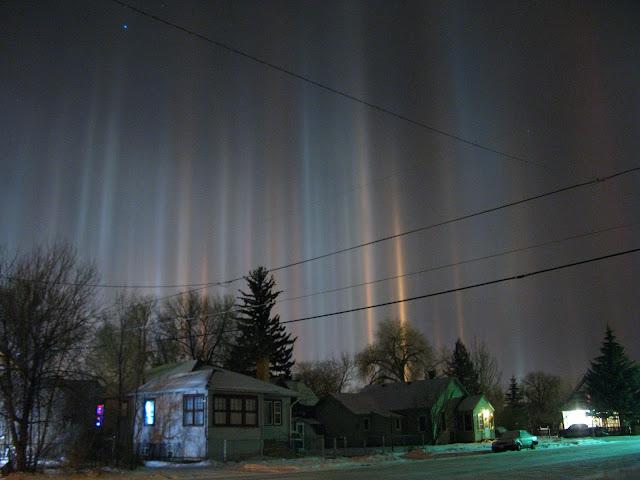 Hiện tượng quang học Light pillar - Cột sáng ở thành phố Laramie, bang Wyoming, nước Mỹ vào đêm 11/1/2013 rất lạnh giá. Tác giả hình : Christoph Geisler.