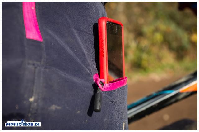 Ein negativer Punkt des eBike-Anzugs: Die Hüfttaschen sind zu klein, hier passt noch nicht einmal ein Handy herein.