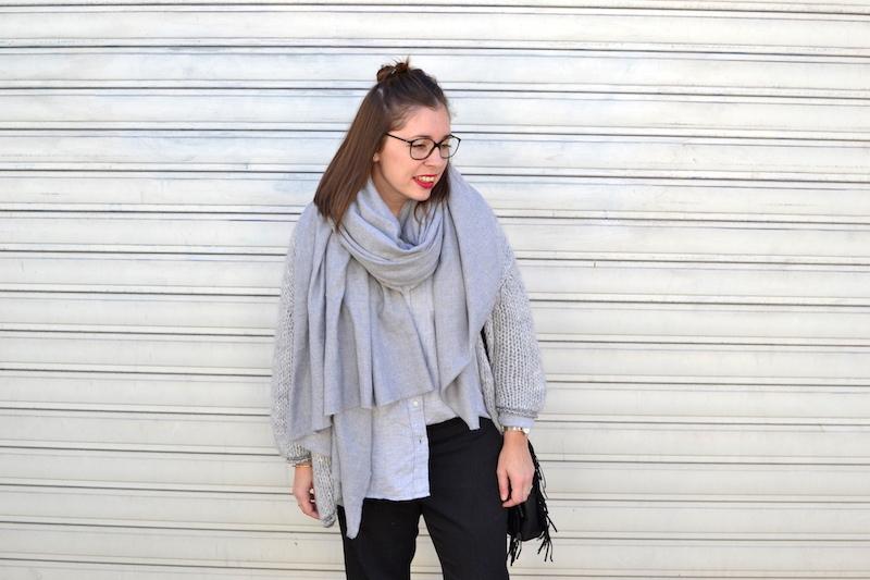 gilet en laine Pretty Wire, chemise grise Uniqlo, écharpe grise Zara, pantalon tailleur Uniqlo, sac M Maje