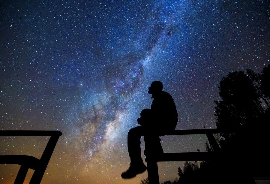 Resultado de imagen para hombre mirando al cielo