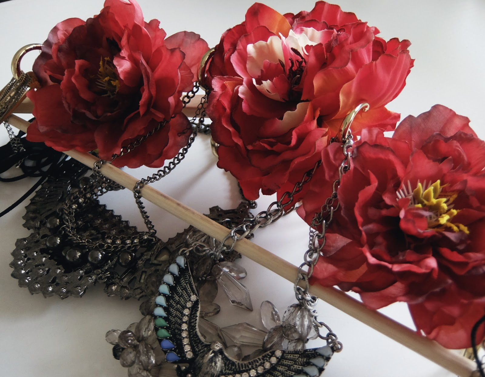 artificiL FLOWERS necklace jewelry display