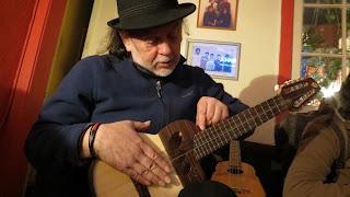 Quique Cruz  usando charango Antilko de luthier Claudio Rojas