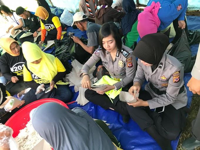 Jajaran Polwan Polres Bandung Bantu Menyiapkan Makanan Untuk Korban Puting Beliung
