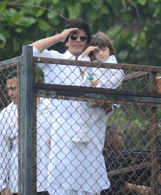 शाहरुख-अबराम ने घर की बालकनी से फैंस को दी Eid की बधाइयां