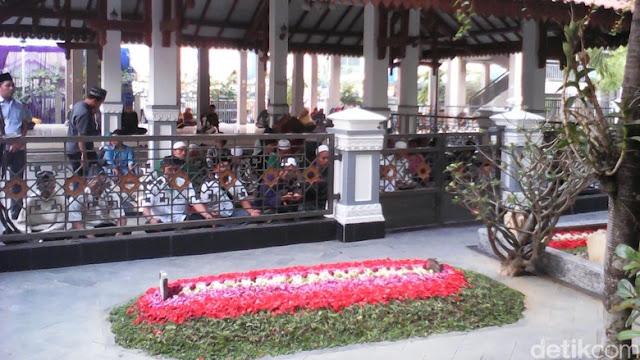 Berdoa Di Makam Orang Sholih Pasti Dikabulkan
