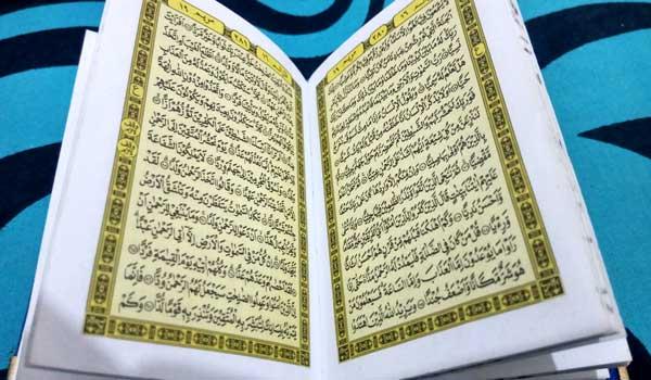 Bagaimana Hukum Membuka al-Quran Dengan Ludah Bolehkah Sudah menjadi kebiasaan di kebanyakan masyarakat ketika membaca al-Qur'an, saat mereka melanjutkan kehalaman berikutnya, mereka membasahi jari-jari mereka dengan ludah dengan alasan untuk mempermudah membuka lembaran al-Qur'an