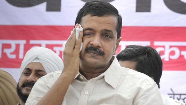 मीटिंग में दिल्ली के मुख्यमंत्री अरविंद केजरीवाल अपने ही विधायकों के हाथों पिट गए?