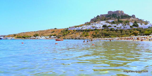Praia da Vila de Lindos, na Grécia, com vista para a Acrópole