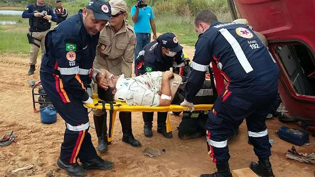 Carreteiro sofre mal súbito e tomba carreta na BR 364