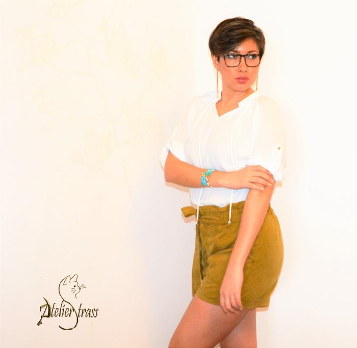 camisa blanca con short mostaza