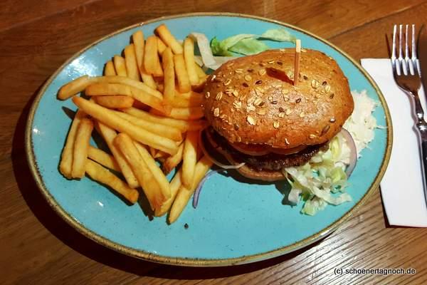 Burger mit Pommes im Bratar in Karlsruhe