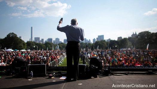 Luis Palau predicando en Nueva York