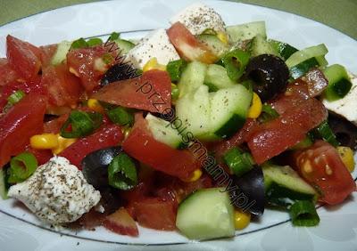 Sałatka z fetą i oliwkami