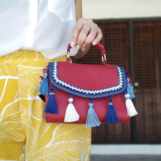 Blogger con bolso pequeño