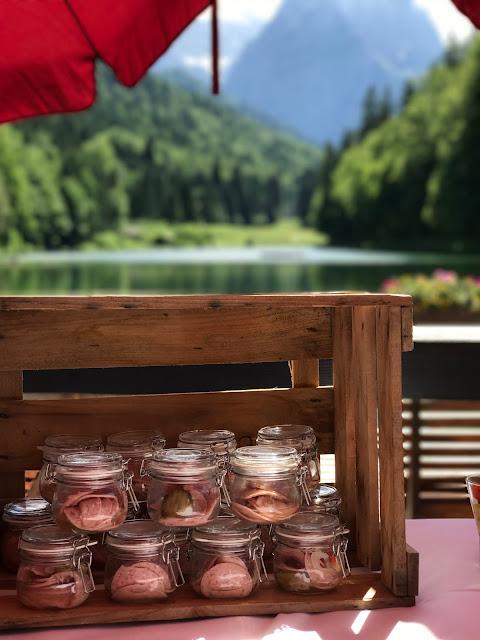Wurstsalat Fingerfood Sommerhochzeit in den Bergen von Garmisch-Partenkirchen, Riessersee Hotel ihr Hochzeitshotel in Bayern, Apfelgrün und Weiß, Hochzeitsplanerin Uschi Glas