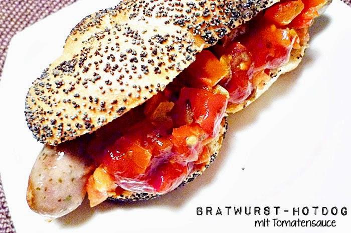 Bratwurst-Hotdog mit Tomatensauce