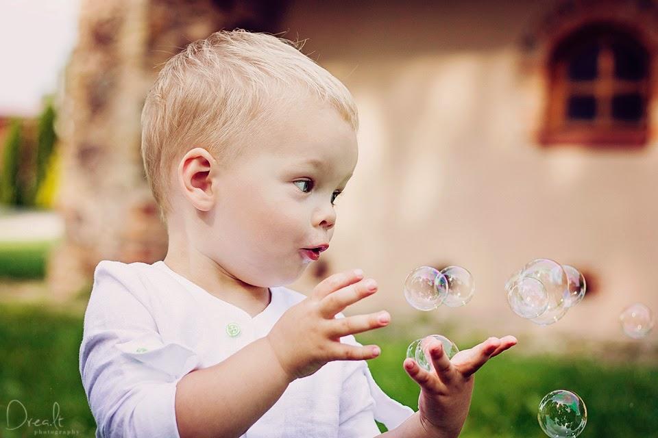 Krikštynų fotosesija su muilo burbulais