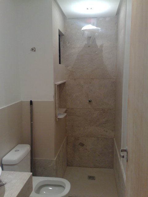 Eu moraria aqui 19 banheiros pequenos dos mais simples - Piso pequeno moderno ...