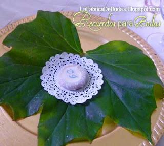 Recuerdos de boda dulces personaliados mazapan ideas substituto macarons alfajores macarons  con monograma iniciales