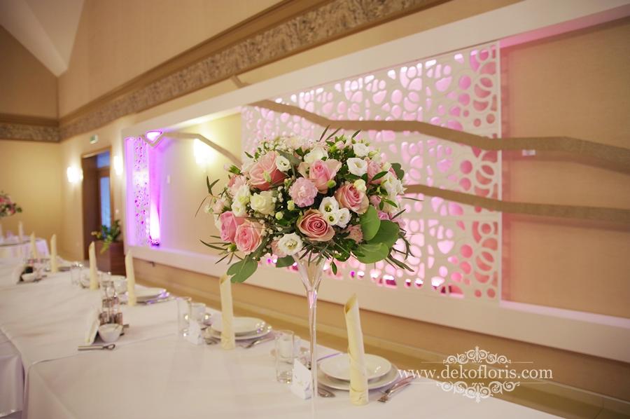 Różowe dekoracje kwiatowe stołów weselnych Opole