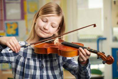 Tocando nuevo instrumentos musical