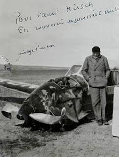 Saint-Exupéry junto a su avioneta estrellada en el Sahara