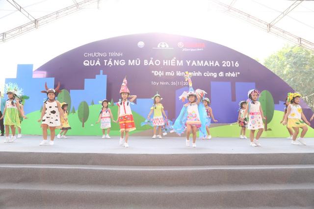 Hàng nghìn em học sinh tiểu học sôi động trong vũ điệu đội mũ bảo hiểm - Ảnh 3.