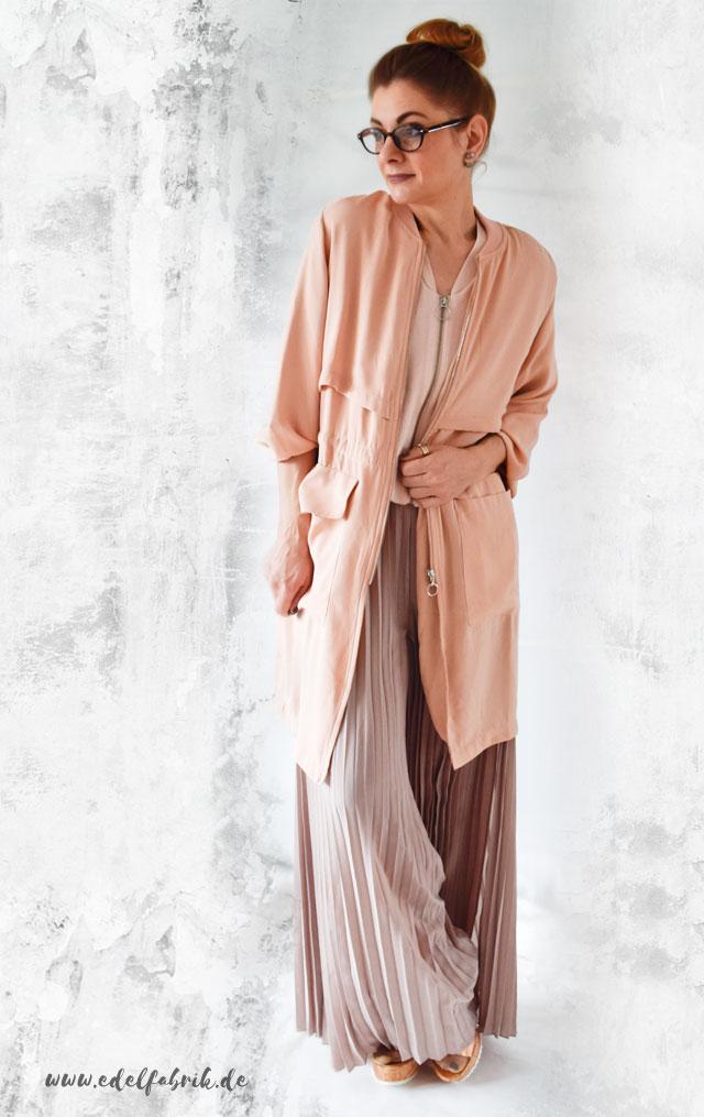 Outfit mit Plisseehose und Sommermantel im Offrosa