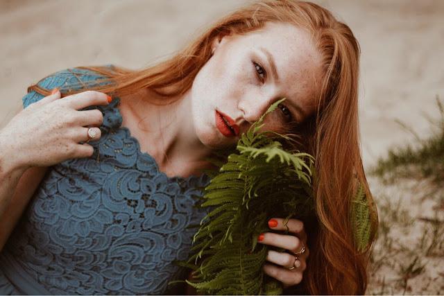 Naturalny makijaż dla piegowatych i opadającej powieki