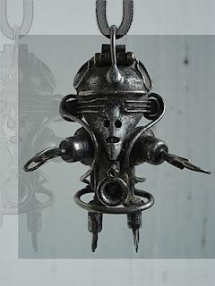 Reciclar metal para hacer figuras humanoides