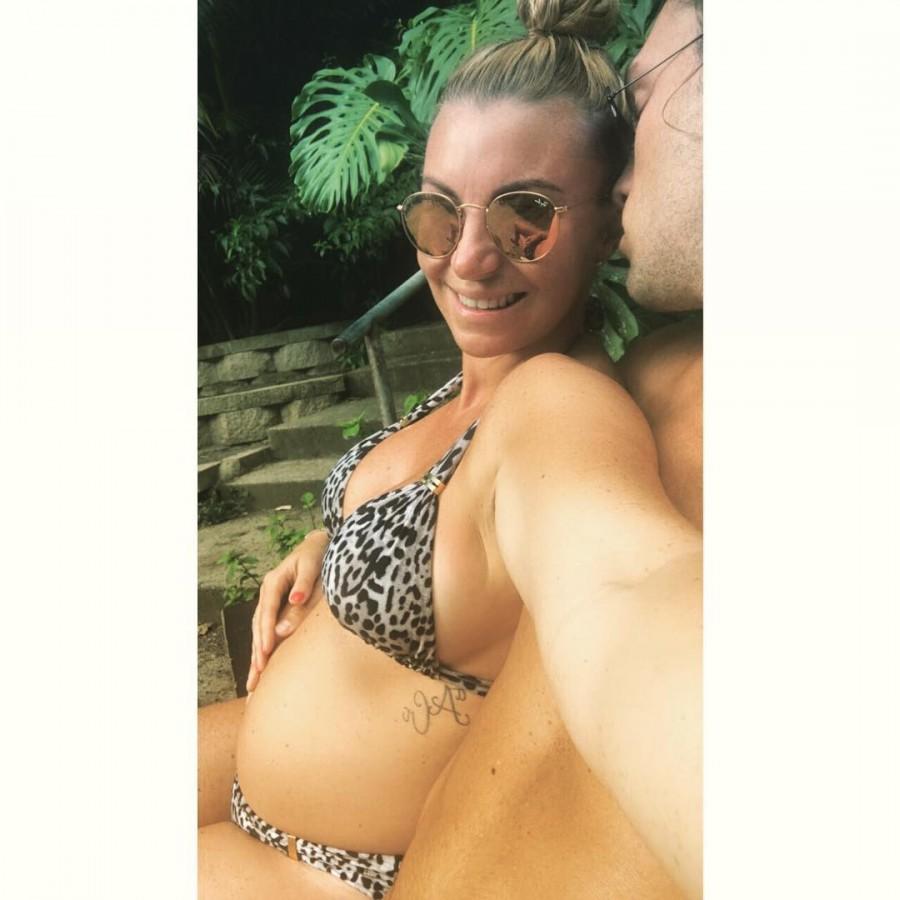 Billi Mucklow flaunts her baby bump