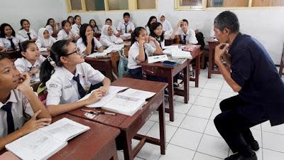 Penantian para guru honorer maupun masyarakat yang ingin menjadi guru akhirnya mendapatka Kekurangan Guru 733 Ribu, Tahun 2018 Kemdikbud Rekrut 100 Ribu Guru CPNS TK, SD, SMP dan SMA