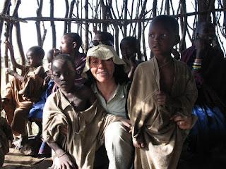 La alpinista Rosa Fernández en un poblado de África