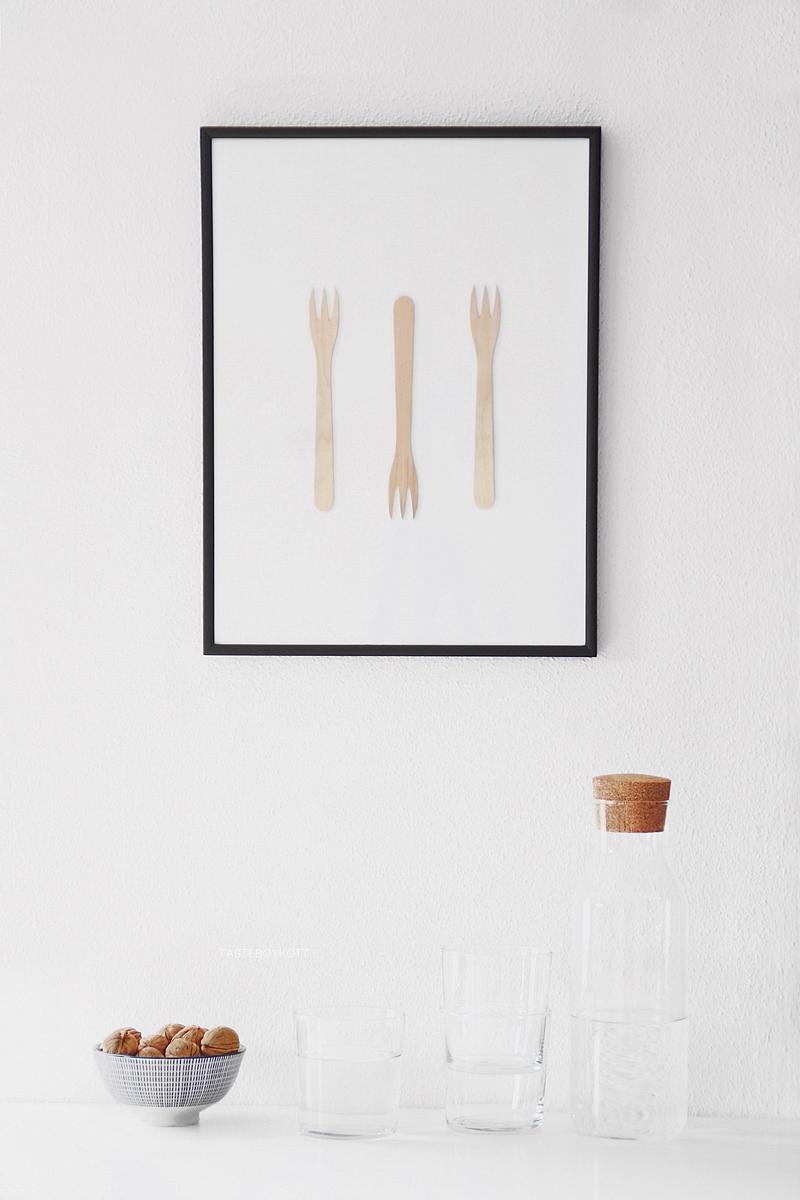 Einfache DIY-Geschenkidee: Gerahmtes Bild mit Holzgabeln, schlichte, günstige Wanddeko Kunst im skandinavisch minimalistischen Stil selbermachen aus Besteck. Tasteboykott Blog.