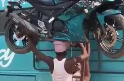 Viral! Video Pria Angkat Motor Yamaha R15 Pakai Kepala ke Atas Bus