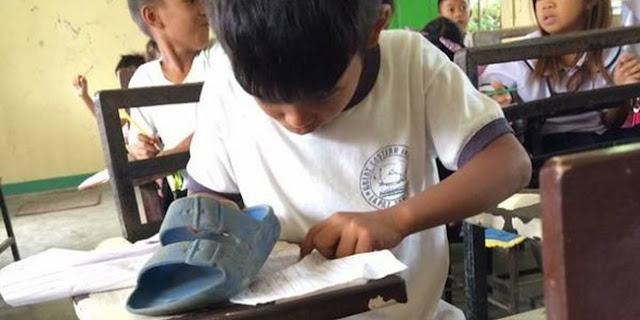 Sungguh Menyedihkan : Anak Ini Pakai Sandal Sebagai Penghapus